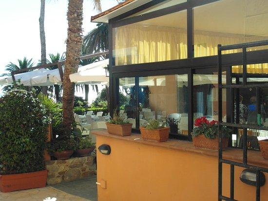 Esterno con veduta del giardino picture of ristorante l for L esterno del ristorante sinonimo