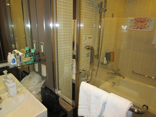 Hotel Brighton City Osaka Kitahama: With bath tub and separate shower