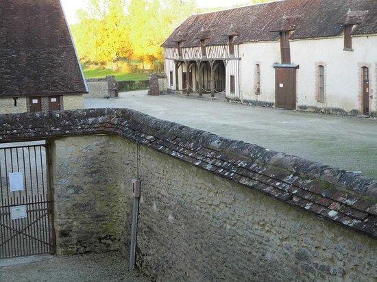 Château de Vaux : Une partie des communs vu du pigeonnier
