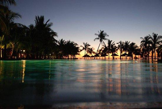 Dinarobin Beachcomber Golf Resort & Spa: Main pool by the main restaurant and bar.
