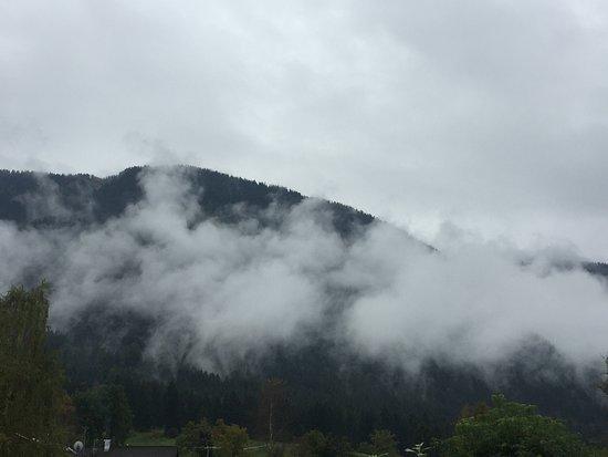 Ohlstadt, Tyskland: Blick auf die Alpen (bei Wind und Wetter )