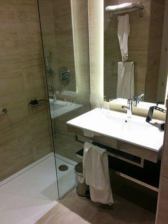 Chambre n°5058, largeur douche 75 cm, longueur 150 cm ...