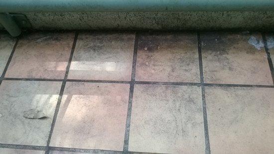 Nerang, Austrália: Balcony floor filthy