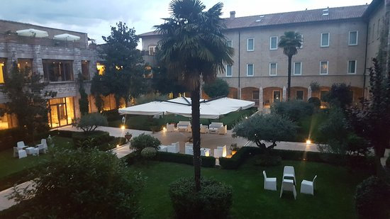 Hotel Cenacolo: Courtyard View