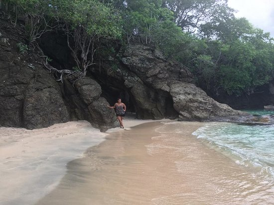 Port Elizabeth, Bequia: Caves on the beach