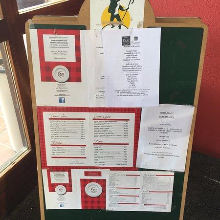 Ecay, Spain: panel con menús y carta que ofrecen