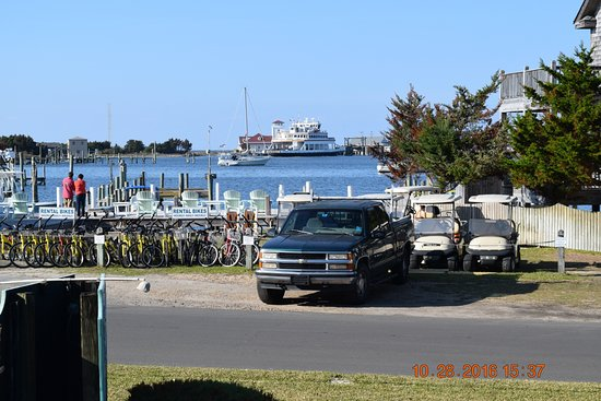 Ocracoke Harbor Inn: View from our deck on the first floor.