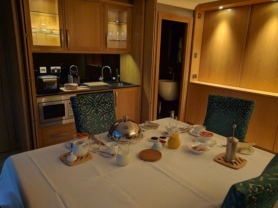 Cedar Manor Hotel and Restaurant : Coach House suite set for breakfast