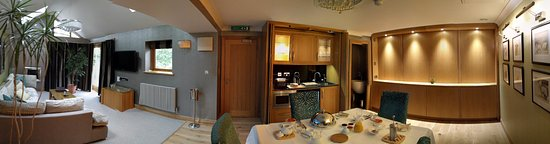 Cedar Manor Hotel and Restaurant: Coach House suite upstairs panorama