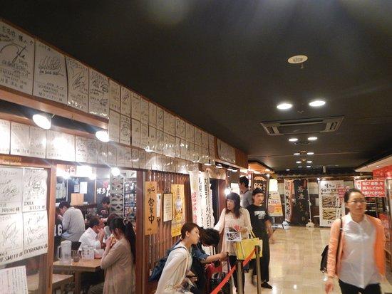 Ganso Hakata Daruma: めん街道内。店頭で行列してます。