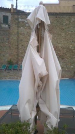 UNA Palazzo Mannaioni: Parasol déchiré