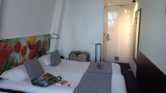 Ibis Styles Amsterdam City: Room.. Small with slanting wall
