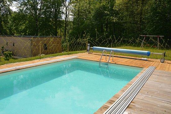 Civray-de-Touraine, France : La piscine Couverte et cahuffée et les jeux pour enfants