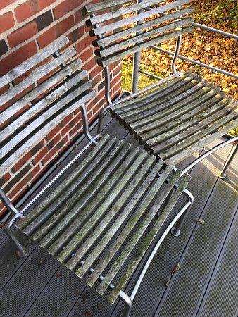 Sabro, Denmark: Lidt for grønne stole på juniorsuitens terrasse til at man har lyst til at sidde der 😉