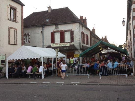 Aillant-sur-Tholon, Francia: Un accueil chaleureux,  même en période d'affluence...