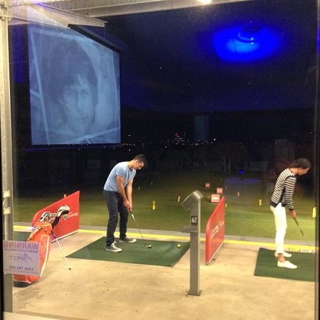 Wembley Downs, Austrália: post sunset on the automated driving range.. no more bending for balls..