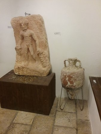 Skrip, Croacia: Sculpture & urn in Brac Museum