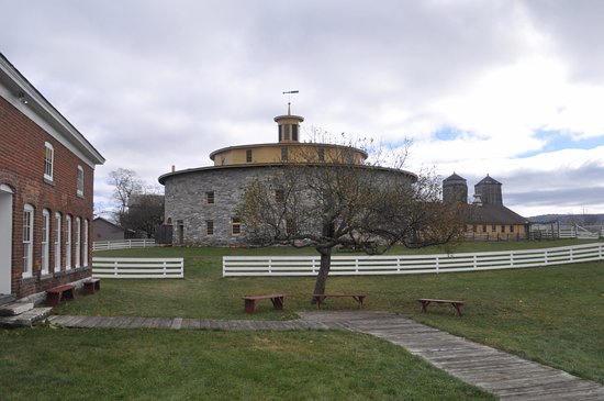 Pittsfield, MA: Round stone barn