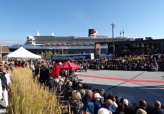 Auberge de la Riviere Saguenay : Queen Mary 2 in La Baie