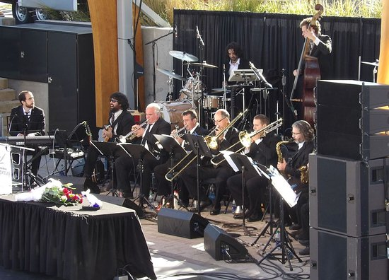 Auberge de la Riviere Saguenay : Big Band receiving Queen Mary 2 in La Baie