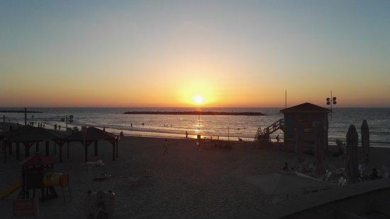 Gordon Inn: Sunset on the from the beach.