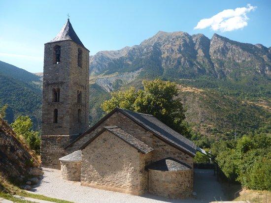 Boi, Spain: Церковь великолепно смотрится на фоне окружающих гор