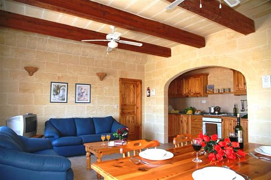 Bellavista Farmhouses Gozo: Combined living / dining area