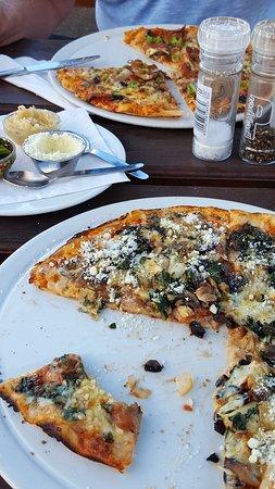 Gordon's Bay, South Africa: Unten Piza mit Spinat, oben die klassische