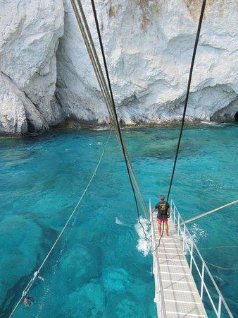 Keri Caves: Cumowanie statku przy jaskiniach