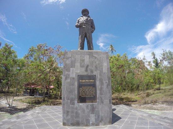 Morotai, Indonesien: Patung McArthur di pulau zumzum