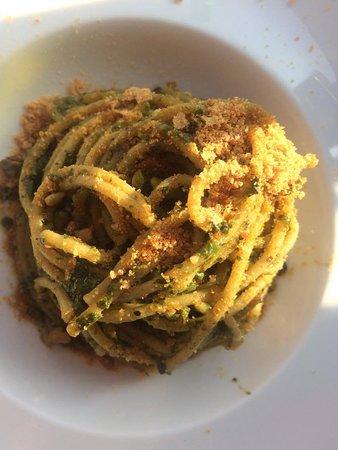 Sala Comacina, إيطاليا: Spaghettoni al pesto di erbette con bottarga e pistacchi di Bronte