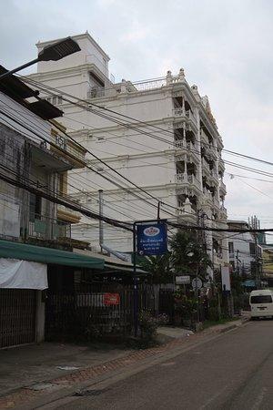 Dhavara Hotel: Attractive view of the exterior - Mekong Suite is on top floor