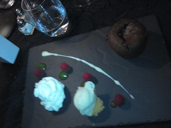 Cabestany, France: fondant chocolat et son cœur coulant au framboises, boule de glace à la verveine et chantilly.