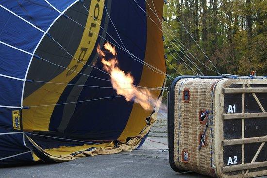 Rhode-Saint-Genese, Belgia: Préparation de la montgolfière avant le décollage