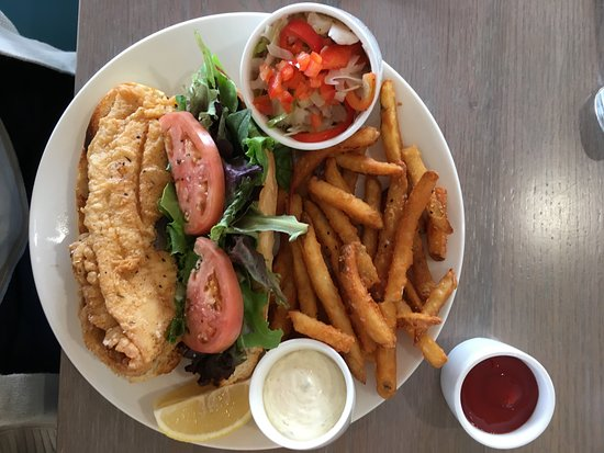 Southern Shores, Karolina Północna: The Fresh Fried Fish Sammy, which my wife had (and loved)! The fish is flounder.