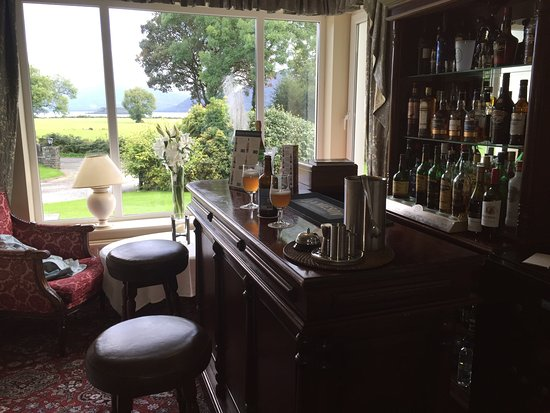 Loch Lein Country House: Small but comfortable bar area