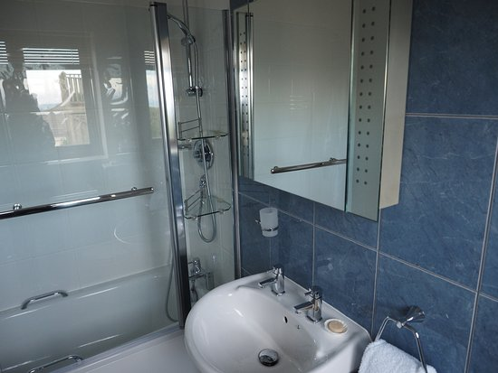 The Lookout Guesthouse: Bathroom, The Sea