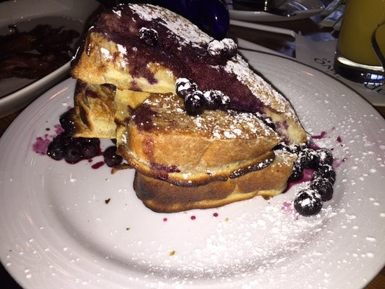 Aperitivo Bistro: French Toast with berries.
