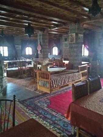 Auberge Restaurant Les Amis: Grande salle de restauration qui accueille des groupes entiers.