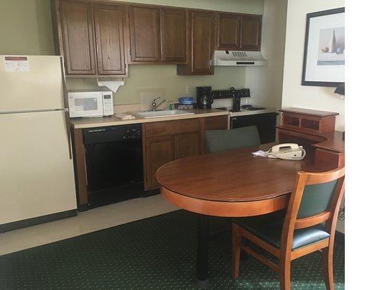 Hawthorn Suites by Wyndham Akron/ Fairlawn : 2 Queen bed suite kitchen