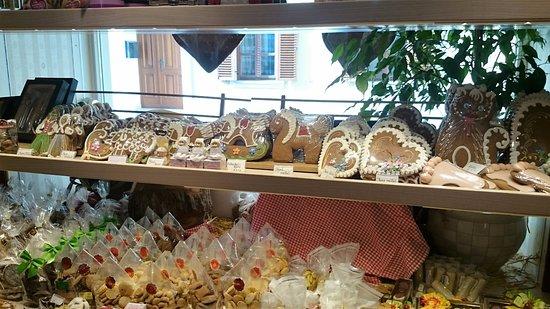 Konditorei Ebner: витрина сладостей