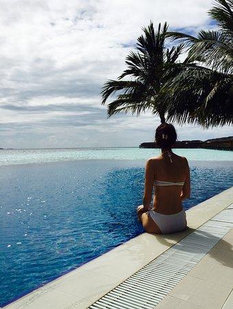 Vilamendhoo Island Resort & Spa: Sunset pool