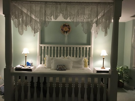 Eastport, État de New York : Our bedroom with four-poster bed