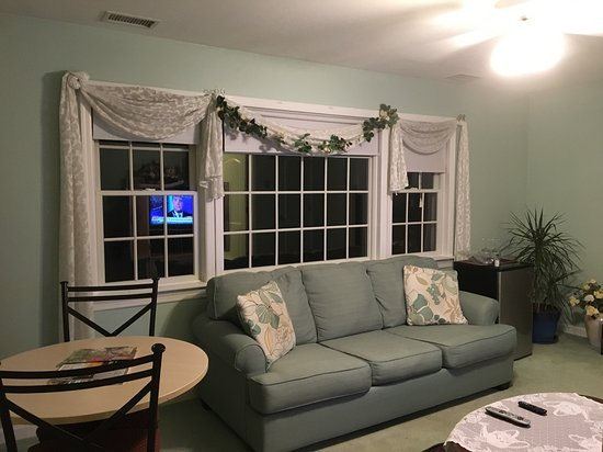 Eastport, NY: Our suite's living room