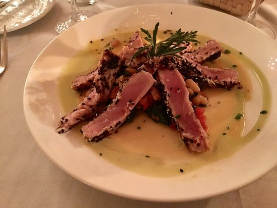 Eastport, NY: Delicious tuna at Trumpets on the Bay