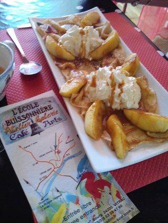 Vitrac, France: crêpe pommes dorées caramel beurre salé et crème fouettée