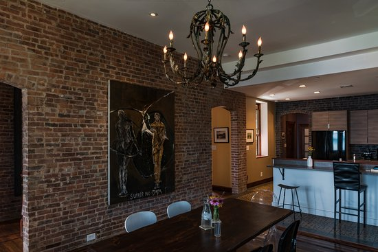 Haverstraw, Estado de Nueva York: The Dining Room sits 10 and has a hand painted chandelier. Photo: Dorice Arden