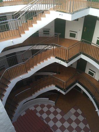 Apartamentos Las Faluas: Vanaf mijn balcon bij nacht en dag. En vanaf de bovenste verdieping het 'torentje' inkijkend.