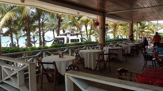 Hotel and Restaurant Sherwood: Encantador restaurante para pasar una tarde con excelente vista a la playa