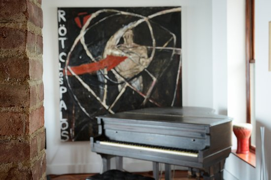 Haverstraw, Nowy Jork: Living Room with Piano Photo: Nina Skowronski
